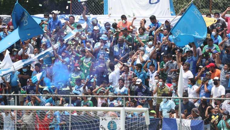 Aficionados abarrotaron el estadio de Santa Lucía Cotzumalguapa en la final de ida ante  Comunicaciones FC, a los que vencieron 4-0. (Foto Prensa Libre: Érick Ávila)