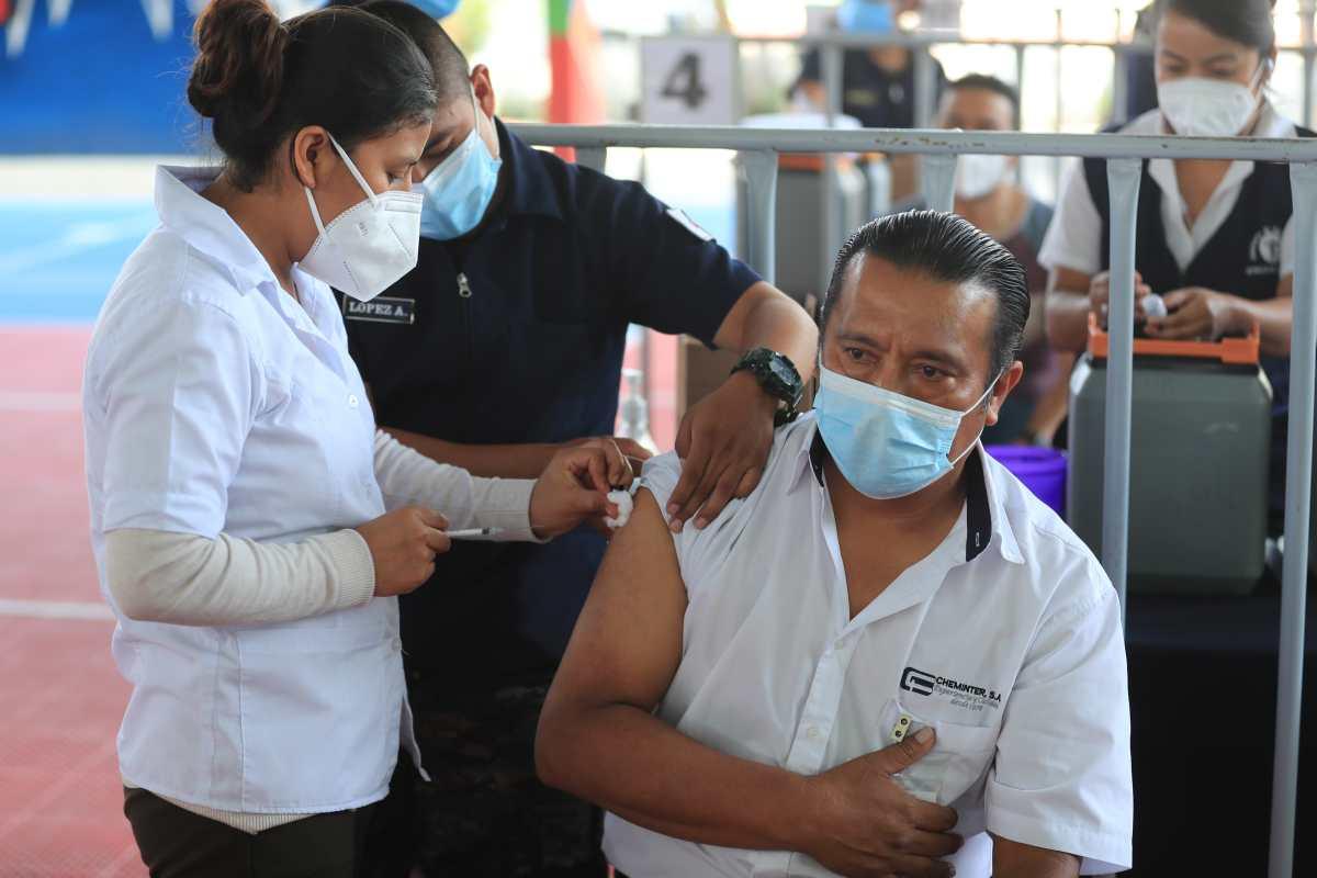 El lento proceso de vacunación podría influir en las expectativas de crecimiento económico para Guatemala. (Foto Prensa Libre: Hemeroteca)
