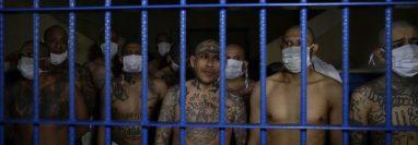 Mediante la extorsión a comerciantes, transportistas y personas particulares, los pandilleros logran subsistir en países centroamericanos. (Foto Prensa Libre: EFE)