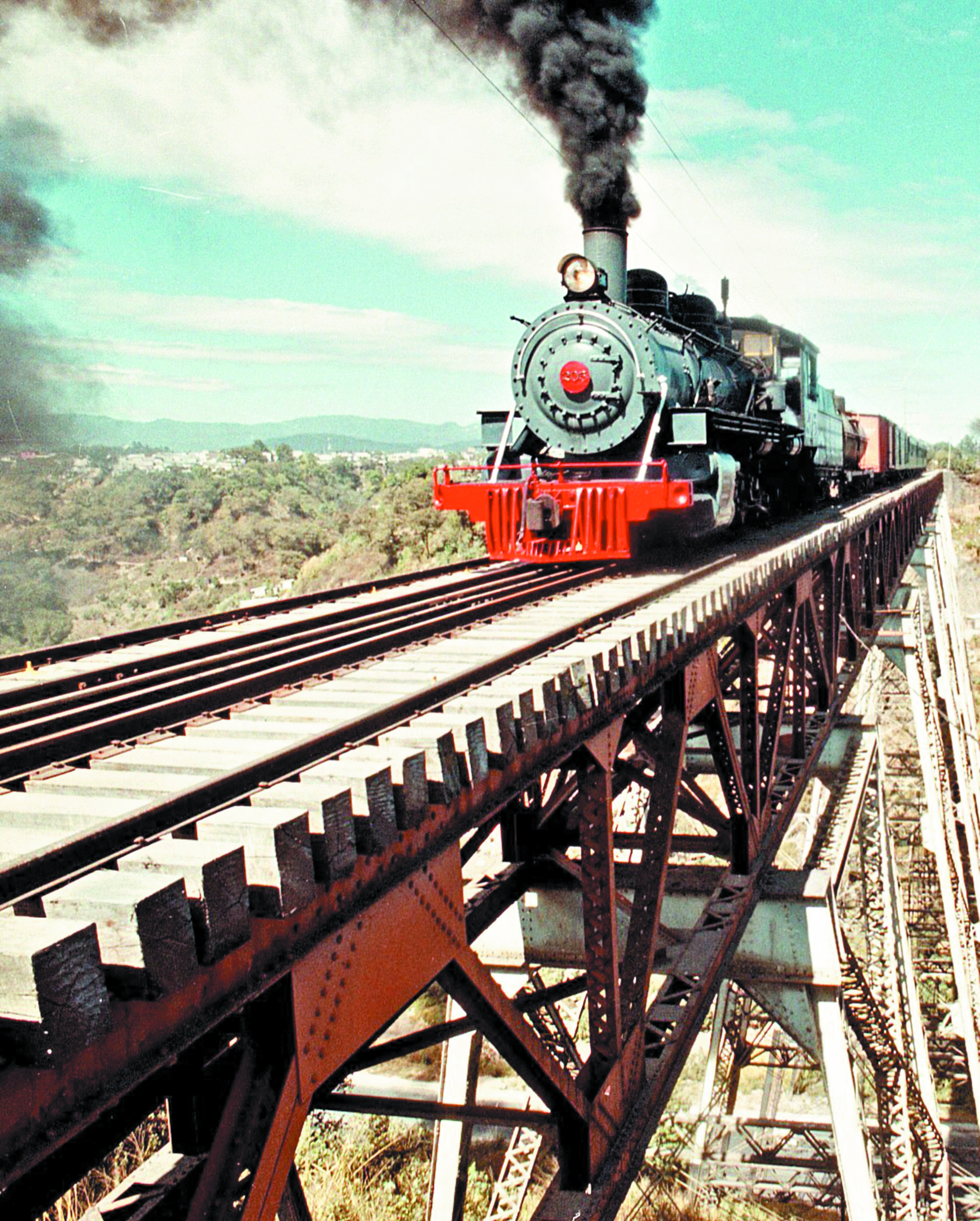 Se inaugura el Ferrocarril Interoceánico