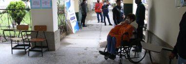 Vecinos piden a los adultos mayores que no se dejen sorprender con la venta de supuesto números para agilizar el proceso de vacunación. (Foto Prensa Libre: María José Longo)