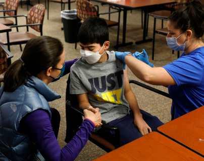 Los CDC están investigando un problema cardiaco en algunos jóvenes vacunados