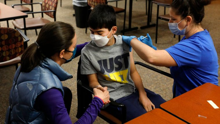 EE. UU. vacuna a unos 17 millones de adolescentes de entre 12 y 15 años. (Foto Prensa Libre: AFP)