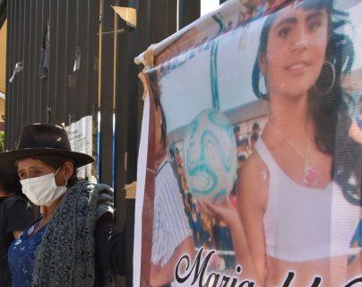 Mujer se crucifica frente a un tribunal en protesta por la fuga del asesino de su hija de 16 años