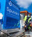 Trabajadores trasladan un cargamento de la vacuna rusa contra el coronavirus Gam-COVID-Vac, de nombre comercial Sputnik V, en el aeropuerto internacional de Manas, en Bishkek (Kirguistán).