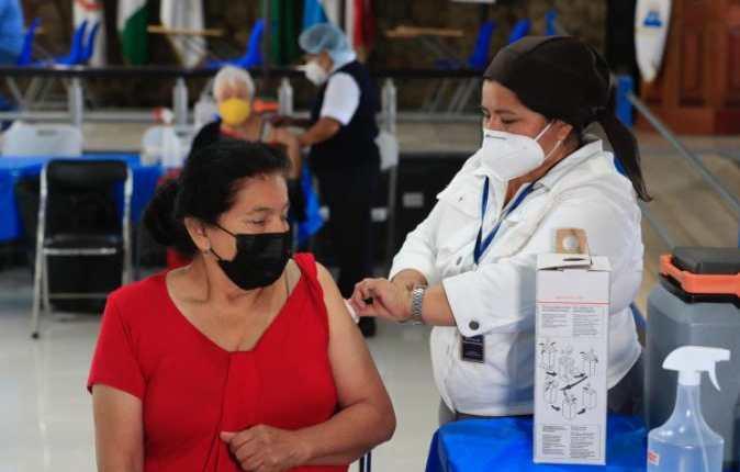 Guatemala continúa con la inmunización de adultos mayores. (Foto Prensa Libre: Elmer Vargas)