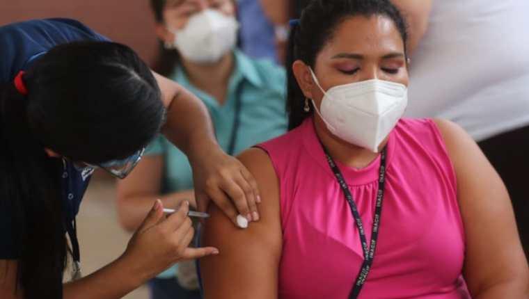 Guatemala sigue con la vacunación contra el covid-19. (Foto Prensa Libre: Érick Ávila)