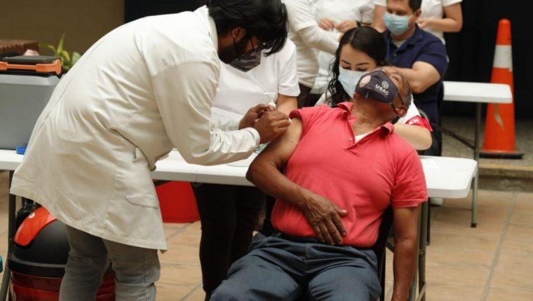 En el Centro de Vacunación en el Centro Universitario Metropolitano sigue el proceso  para vacunar a personas de 60 años en adelante, con la primera dosis de Sputnik V. (Foto Prensa Libre: Esbin García)