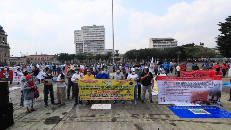Sindicalistas manifiestan en la Plaza de las Niñas, en la zona 1 de la capital, en conmemoración del Día del Trabajo. (Foto Prensa Libre: Elmer Vargas)