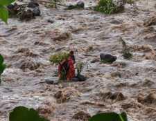 Varias personas quedaron atrapadas en la corriente del río San Francisco, en Río Bravo, Suchitepéquez. (Foto Prensa Libre: Conred)
