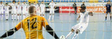 Alan Aguilar, de Guatemala, estrelló su remate en el poste en los lanzamientos de los penaltis. (Foto Fedefut).