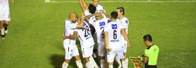 Los jugadores de Comunicaciones festejan el gol de José Corena en el triunfo contra Sacachispas. (Foto Prensa Libre: Carlos Hernández).