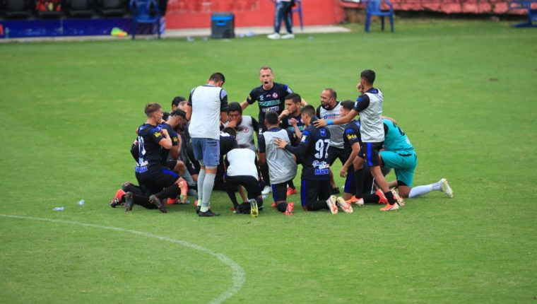 Los jugadores de Iztapa festejan la clasificación a las semifinales del Clausura 2021. (Foto Prensa Libre: Carlos Hernández).