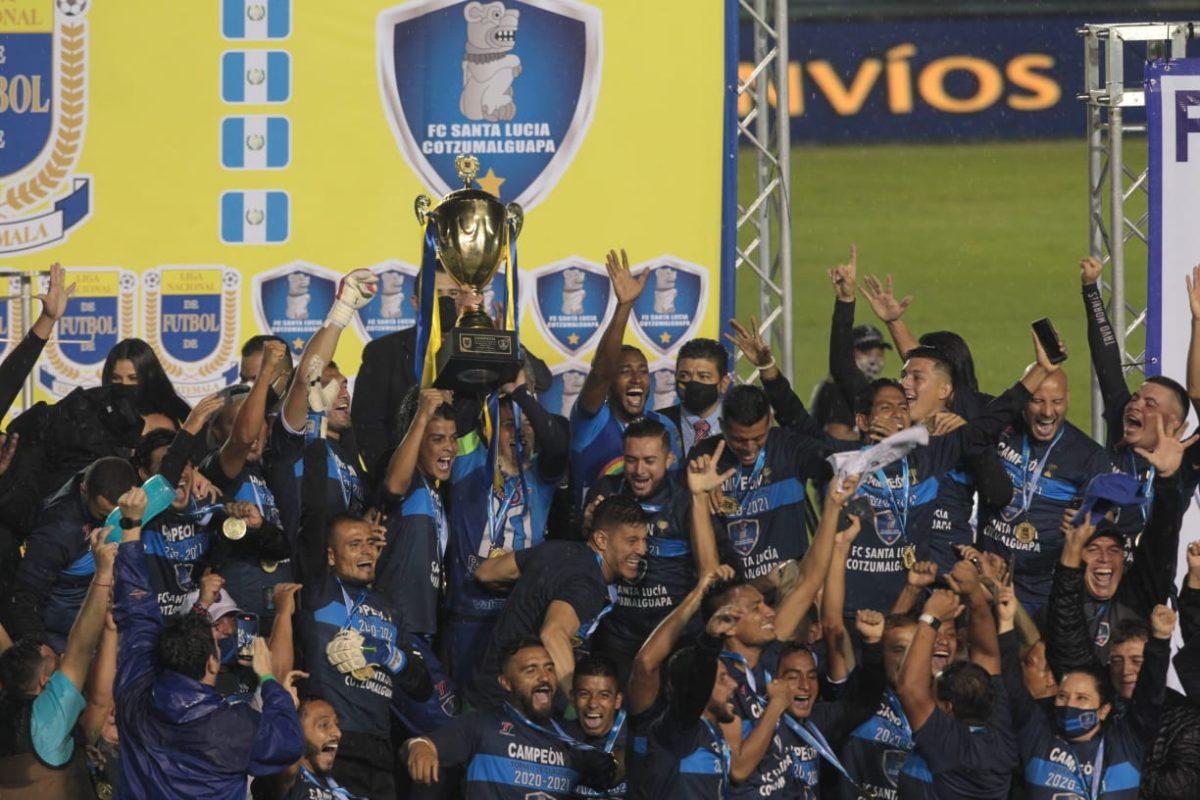 La fiesta del campeón Santa Lucía en el estadio Doroteo Guamuch Flores