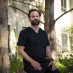 Danyal Fer, un cirujano e investigador que ha usado robots desde hace mucho tiempo para operar a pacientes, en la Universidad de California, campus Berkeley, el 6 de abril de 2021. (Foto Prensa Libre: Sarahbeth Maney/The New York Times)