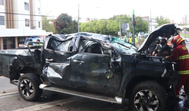Un accidente de tránsito se registró en la Avenida Hincapié, zona 13, varias personas resultaron heridas. (Foto Prensa Libre: Bomberos Municipales)