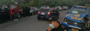 Accidente protagonizado por un microbús de Transportes Canelo y la autopatrulla QUE-159 en el km 236 de la ruta que conduce de Colomba a Xelajú. (Foto Prensa Libre: Colaboración)