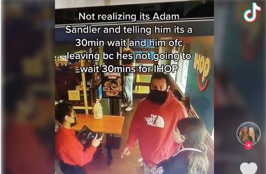 El actor Adam Sandler no fue reconocido por una trabajadora de un restaurante y por esa el video se hizo viral. (Foto Prensa Libre: TikTok