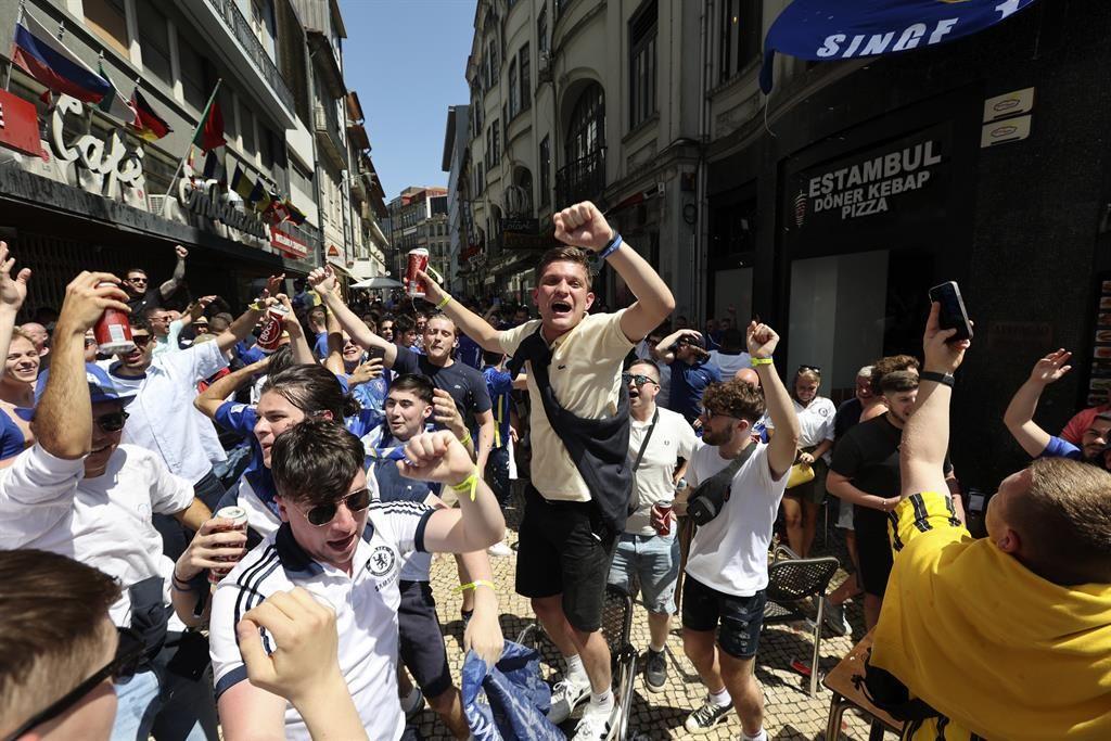 Fiesta entre incidentes de los aficionados ingleses en las calles de la ciudad de Oporto