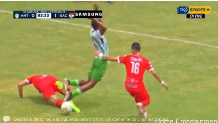 El árbitro Wálter López fue criticado por marcar el penalti a favor de Antigua GFC, que al final evitó el descenso del club a la Primera División. (Foto Redes).
