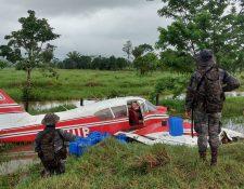 Avioneta TG-HIB se accidentó en la aldea Chocón, Río Dulce, Livingston, Izabal, pero Aeronáutica Civil afirma que esta no tenía registro de vuelo. (Foto Prensa Libre: Ejército de Guatemala)