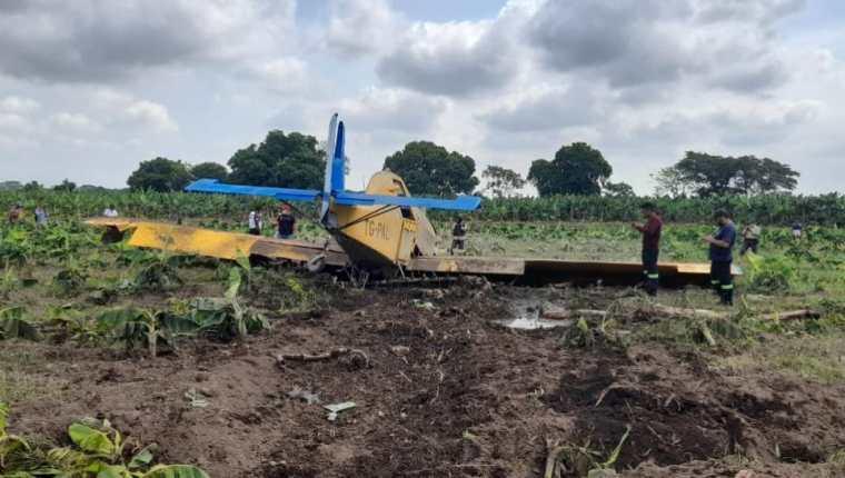 Aeronave fumigadora agrícola se accidentó en Escuintla. (Foto Prensa Libre: Bomberos Voluntarios)