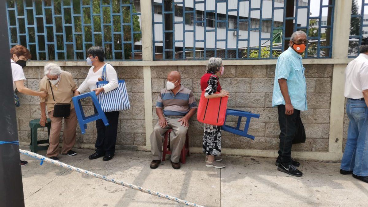 Largas filas, desinformación y aglomeraciones: los problemas que guatemaltecos denunciaron en el segundo día de la fase 2 de la vacunación
