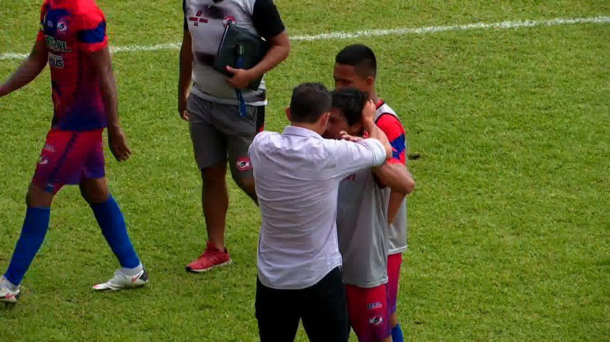 Las imágenes que demuestran cómo Sebastián Bini, técnico de Municipal, agrede a jugador de Iztapa