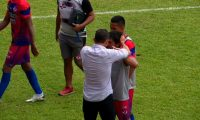 Sebastián Bini agrede a Julián Priego de Iztapa. (Foto Prensa Libre: Twitter @shirley9927_)