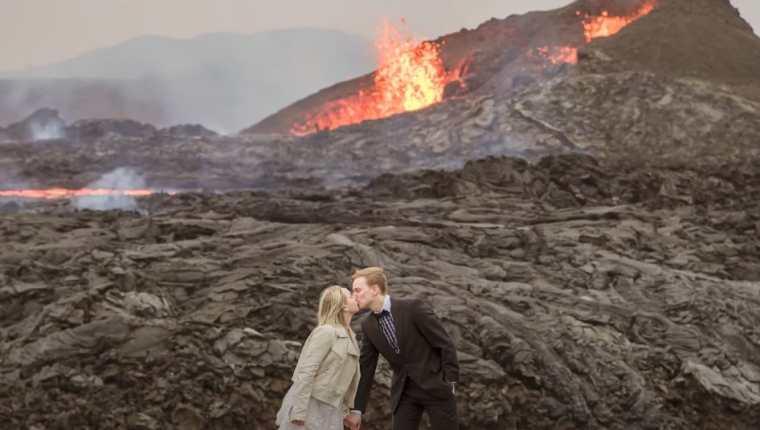 Pareja toma sesión de fotos para su boda frente a volcán en erupción. (Foto Prensa Libre: Tomada de YouTube/ Caters Clips)