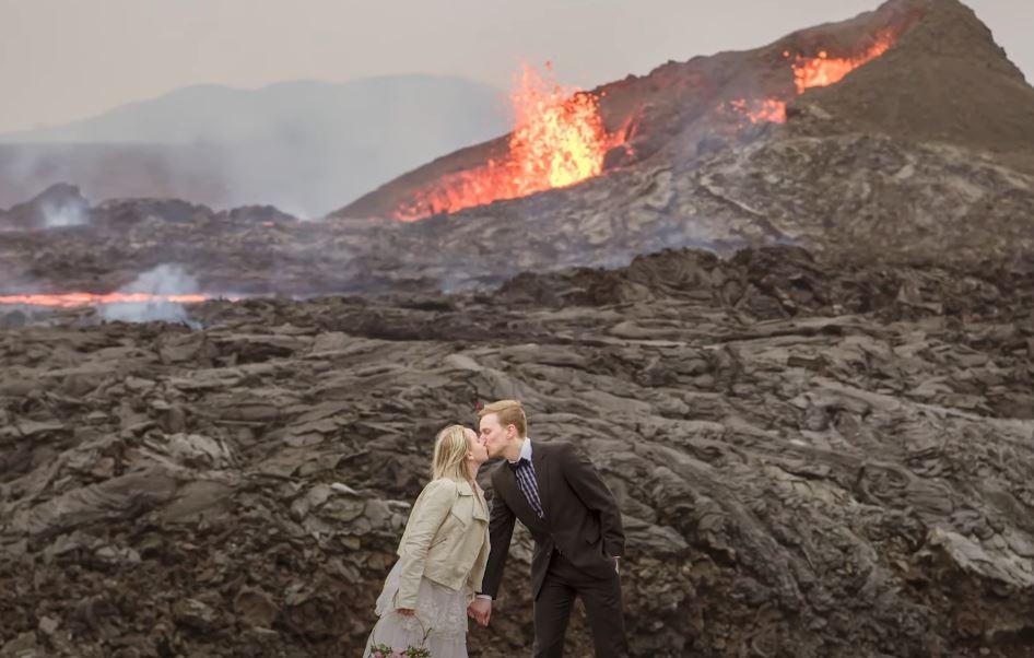 El volcán, la erupción y los besos: Las espectaculares imágenes que una pareja guardará como recuerdo de su boda