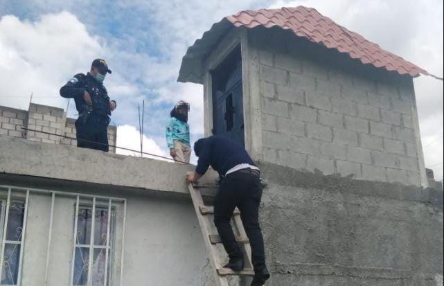 Agentes rescatan a la menor por una pequeña ventana de la terraza de la vivienda. (Foto: PNC)