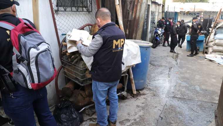 Fiscales del MP y agentes de la Policía Nacional Civil durante uno de los 118 cateos contra las extorsiones.  (Foto Prensa Libre: MP)