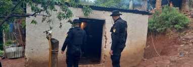 Agentes de la PNC durante un cateo en San Carlos Alzatate, Jalapa, en donde capturaron a cuatro hombres sindicados de robo. (Foto Prensa Libre: MP)