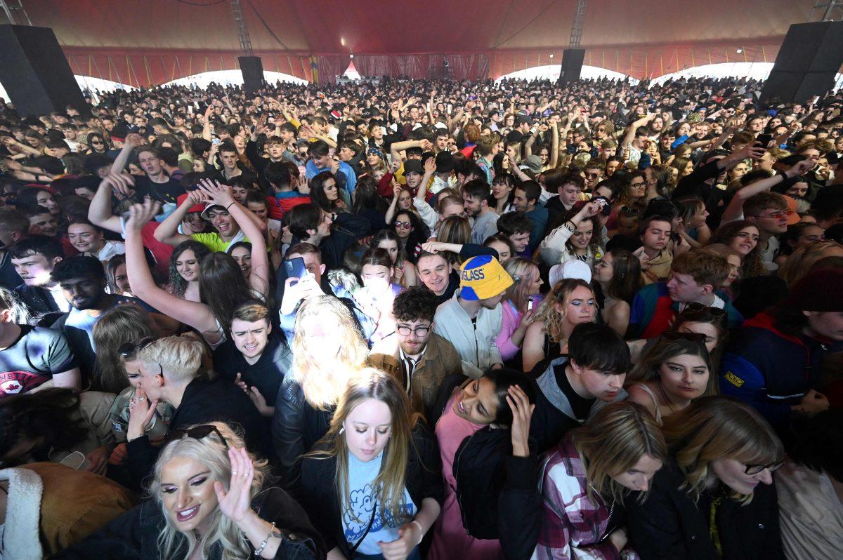 Las imágenes del Concierto-test, la actividad que congregó a miles de personas sin mascarilla en Reino Unido