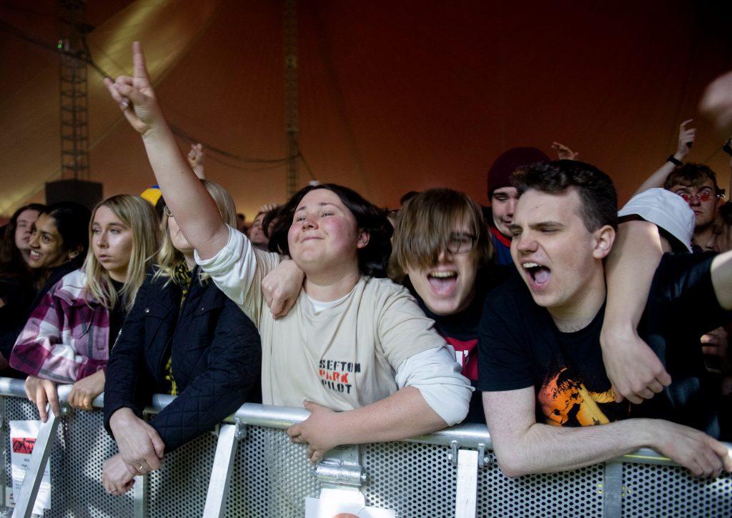 Una muchedumbre de 5 mil personas pudo cantar y bailar sin mascarilla ni distancia durante un festival de música organizado en el norte de Inglaterra. (Foto Prensa Libre: AFP)