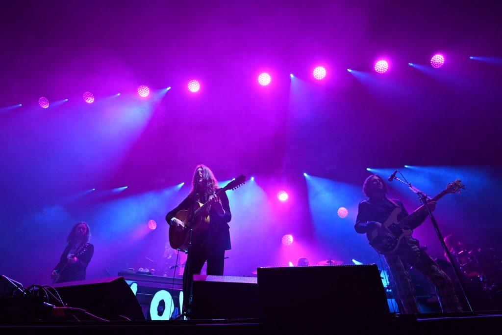 La banda de rock indie inglesa Blossoms participó en la actividad. (Foto Prensa Libre: AFP)