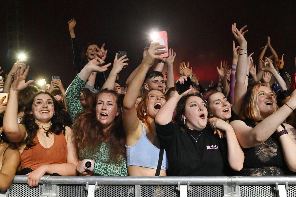 Los fanáticos ven a Blossom actuar en un concierto de música en vivo sin distanciamiento. (Foto Prensa Libre: AFP)