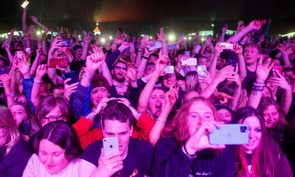 Todos los participantes en este festival, debían someterse a un test antigénico antes de ingresar en el recinto. (Foto Prensa Libre: AFP)