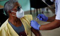Según un estudio de la Universidad de Washington, meses después de recuperarse de casos leves de covid-19, las personas siguen teniendo células inmunitarias en su cuerpo que crean anticuerpos contra el SARS-Cov-2. (Foto Prensa Libre: EFE)