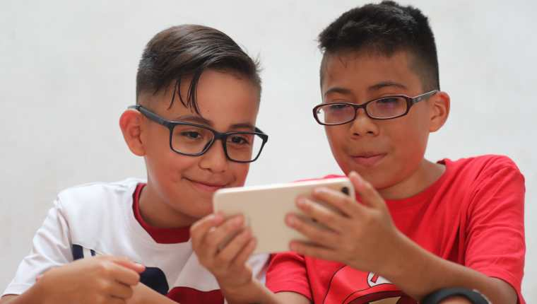 El tiempo en espacios interiores, así como el uso de pantallas pueden provocar molestias a nivel visual en los niños y adolescentes.  (Foto Prensa LIbre: Erick Ávila)