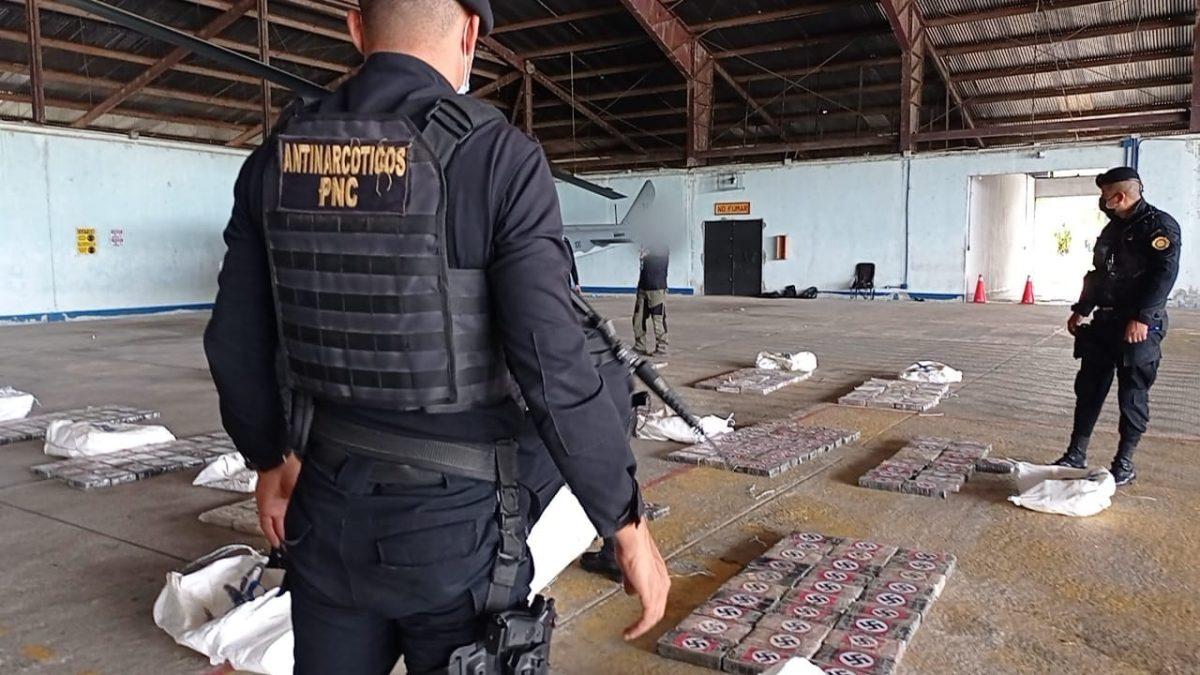 Decomisan 401 paquetes de cocaína luego de detectar narcojet en San Andrés, Petén