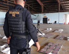Agentes antinarcóticos contabilizan los paquetes de cocaína hallados en Petén. (Foto Prensa Libre: PNC)