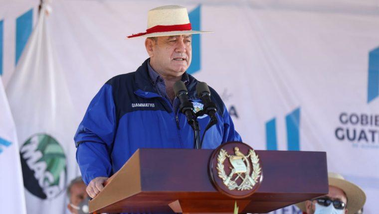 Giammattei anunciaba el 30 de mayo la llegada de más de 800 mil dosis de vacunas AstraZeneca contra el coronavirus. (Foto Prensa Libre: Hemeroteca PL)