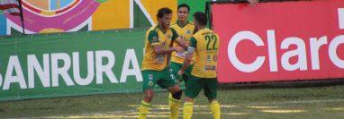 Luis Ángel Landín festeja uno de los goles de Guastatoya frente a Sanarate. (Foto AndresNafd).