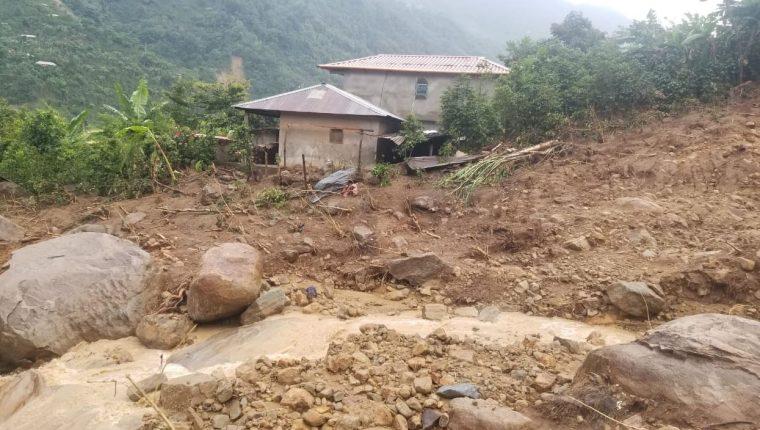 Diez viviendas quedaron seriamente dañadas por un deslizamiento de tierra en la alea El Boquerón de Cuilco, Huehuetenango. (Foto Prensa Libre: Ejército de Guatemala).