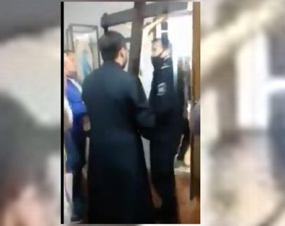 """""""¡En nombre de Cristo!"""": Sacerdote argentino intenta expulsar a la policía de su iglesia como si fuera un exorcismo"""
