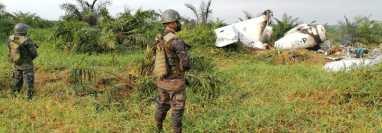 Supuestos narcotraficantes incineraron un jet con el que ingresaron ilegalmente al país y aterrizaron en Sayaxché, Petén. (Foto Prensa Libre: Ejército de Guatemala)