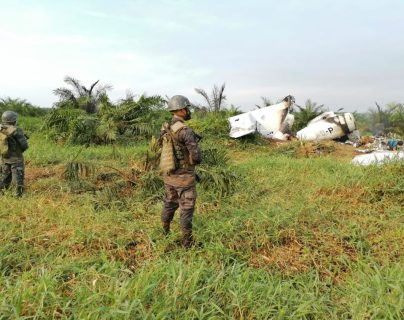 Supuestos narcotraficantes incineran jet en Sayaxché, Petén y abandonan lancha con 30 bultos de posible droga