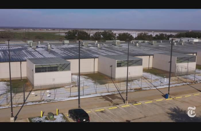 Video:  Cómo el mal manejo del Covid-19 por parte de ICE incentivó los brotes en todo el país